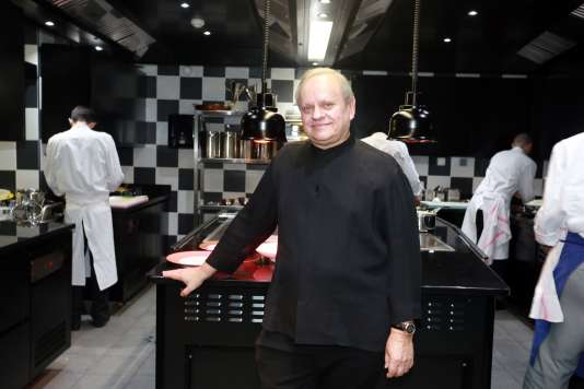 Joël Robuchon, dans les cuisines de La Grande Maison, à Bordeaux, en décembre 2014.