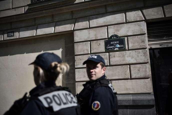 Des policiers patrouillent sur les Champs-Elysées à Paris, en avril 2017.