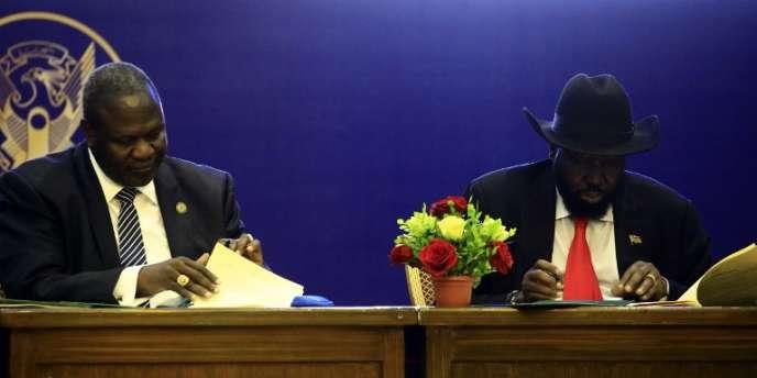 Le président du Soudan du Sud, Salva Kiir (à gauche), et le son ancien vice-président, Riek Machar, signe un accord de partage du pouvoir, à Khartoum, le 5août 2018.