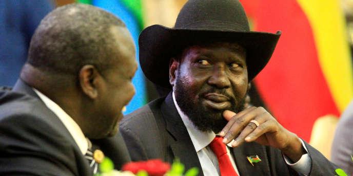 Le président du Soudan du Sud, Salva Kiir (gauche), en discussion avec Riek Machar, le 5 août 2018, à Khartoum, au Soudan.
