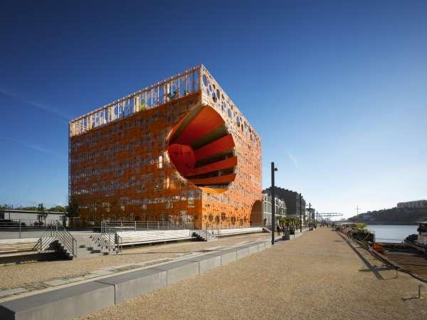 Le cube orange conçu parDominiqueJakobet BrendanMacFarlane, dans le nouveau quartier Confluence, à Lyon.