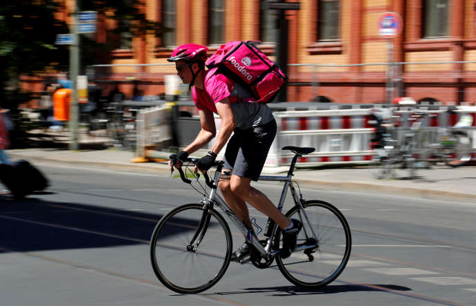 Un livreur à vélo de la société Foodora dans les rues de Berlin, le 2 juin 2017.