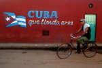 Un cycliste dans une rue de La Havane, en août 2018.