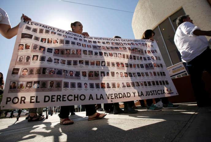 Lors du premier forum de réconciliation, à Ciudad Juarez, le 7 août. La banderole montre certaines des victimes des violences des cartels.