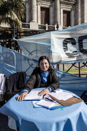 Carina, 32 ans, femme au foyer. «Ce projet de loi enfreint la loi de la vie, la Constitution argentine et les lois biologiques qui disent que la conception est le commencement de la vie humaine. On doit respecter et défendre l'enfant jusqu'à ses 18ans. Nous devons faire respecter la loi morale et institutionnelle de notre République. Notre pays ne peut pas permettre ça, c'est un coup dur pour toute l'humanité.»