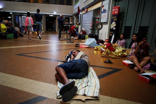 Des voyageurs coincés en gare de Lisieux, après la chute d'arbres sur les voies, en raison de violents orages, le 7août.