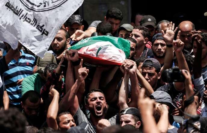 De nombreux Palestiniens sont venus assister aux funérailles d'un des membres du Hamas tué par l'armée israélienne, mardi 7août.