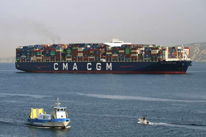 Un porte-conteneurs de la compagnie de transport maritime CMA CGM entrant dans le port de Marseille, le 29 juin.