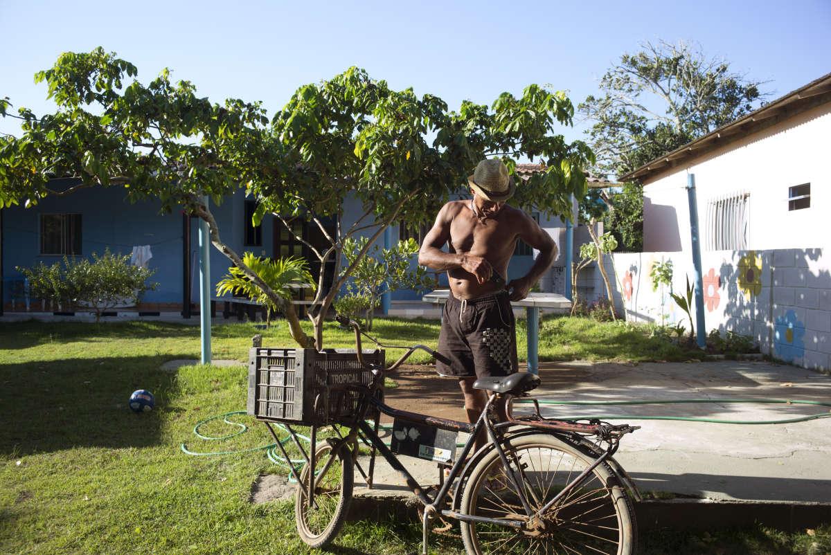 « La pêche, j'ai ça dans le sang», affirme Elcio Souza de Oliveira, 54 ans. A Regencia, petit village à l'embouchure du Rio Doce, c'est un héros.
