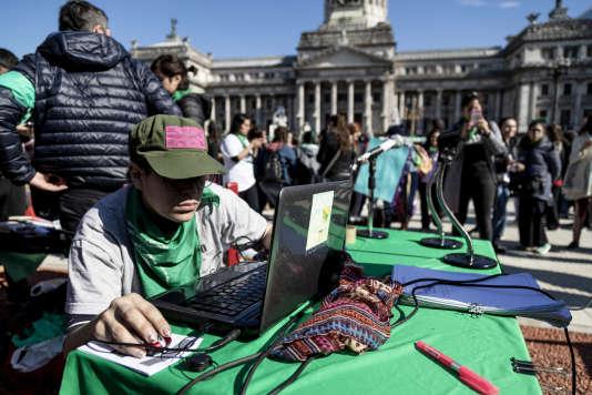 Des organisations sociales et culturelle se sont rassemblées dimanche 5 août 218 autour du Congrès à Buenos Aires (Argentine) dans le cadre d'une manifestation culturelle en faveur du droit à l'avortement.