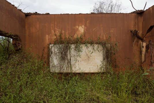Le 5 novembre 2015, le barrage de rétention des boues polluées de la mine de fer Samarco s'est rompu. C'est la pire catastrophe environnementale que le Brésil ait jamais connu. Un tsunami de boue toxique a enseveli de glaise trois villages, asphyxié les poissons, dévasté la faune, la flore, et a fauché dix-neuf personnes.