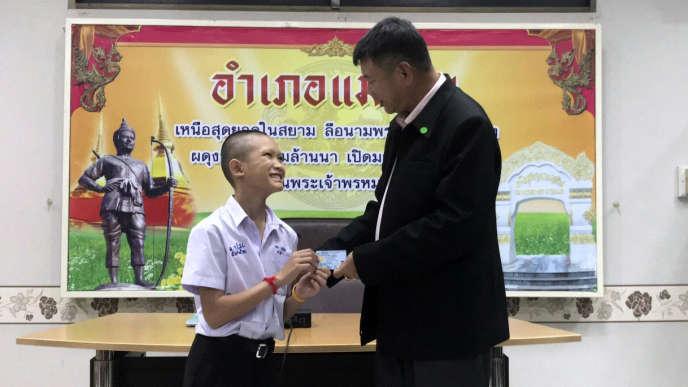 Lors d'une cérémonie dans le district dont ils sont originaires, trois enfants et leur entraîneur apatrides se sont vu remettre la nationalité thaïlandaise.