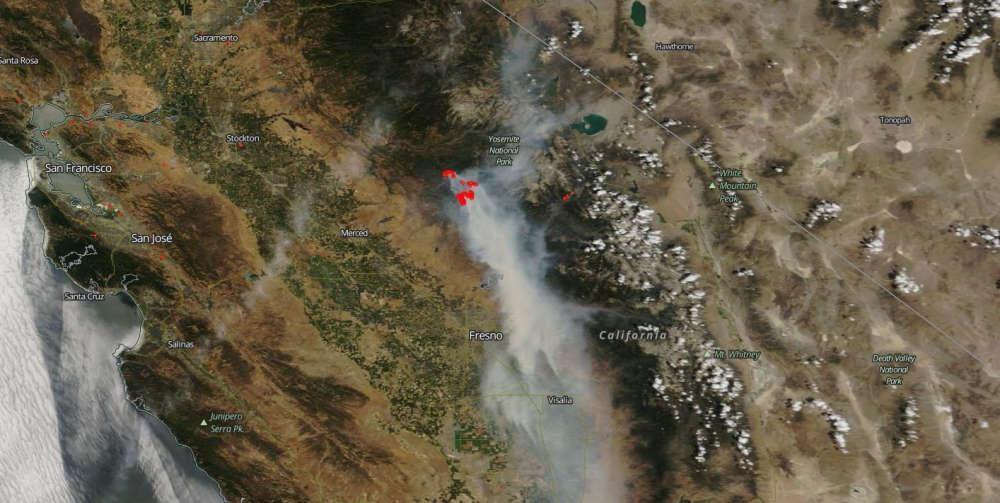 Cette image, fournie par la NASA et prise par satellite le 25 juillet, montre la fumée des différents incendies qui touchent la Californie. En rouge, les principaux foyers.