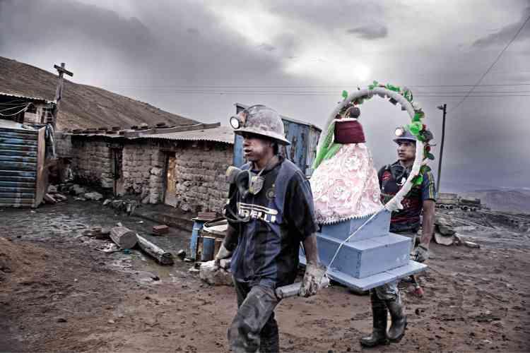 A Potosí, en Bolivie, les mineurs du Cerro Rico (la «colline riche» en espagnol) travaillent dans des conditions intenables. Ils sont pourtant des milliers à braver le danger pour explorer la plus grande mine d'argent du monde, dans l'espoir d'une vie meilleure. Le photographe Miquel Dewever-Plana s'est penché, pendant neufmois, sur leur travail quotidien et sur l'importance de leurs croyances. Ici, des mineurs préparent le carnaval. Les vierges et les croix, à l'entrée des mines, sont censées marquer la frontière entre le monde des saints et de Dieu, à la surface, et le monde souterrain, gouverné par le diable.