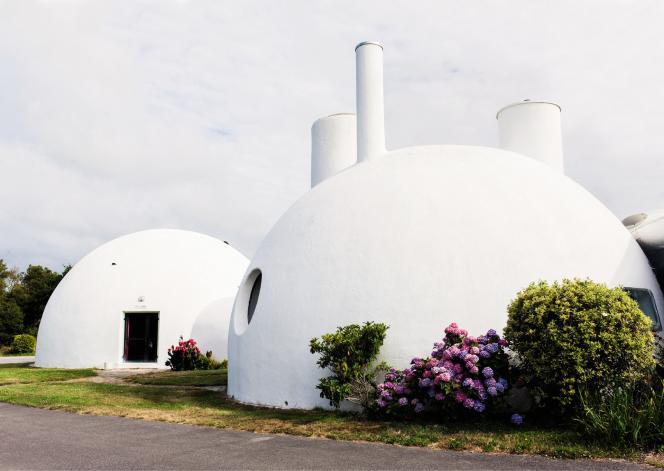 Les maisons-bulles du Finistère ont été réalisées par le sculpteur Pierre Szekely, son complice architecte Henri Mouette et son épouse plasticienne, Vera Szekely, dans les années 1960.