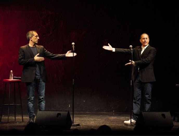 Gad Elmaleh fait régulièrement scène commune avec ses homologues anglo-saxons(ici, en 2017, avec Jerry Seinfeld, invité surprise de son spectacle à Paris).