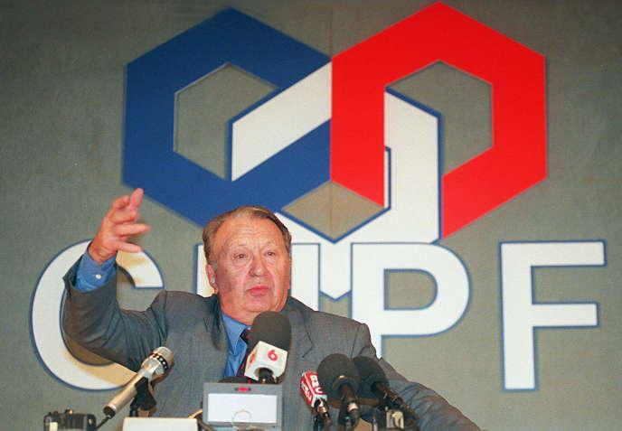 Jean Gandois annonce sa démission de la présidence du Conseil national du patronat français, le 13 octobre 1997, à Paris.