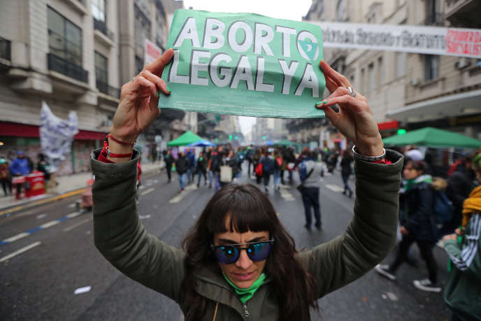 Une manifestante pro-IVG brandit une pancarte sur laquelle on peut lire « Avortement légal maintenant», à Buenos Aires, en Argentine, le 8 août.
