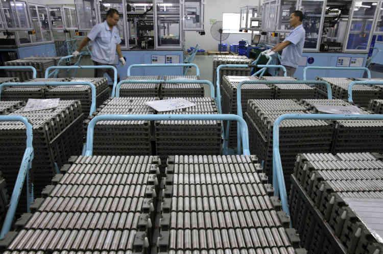 <b>C'est quoi ? </b>Selon le «Wall Street Journal», une petite équipe de chercheurs de Google X travaillent depuis 2012 sur des projets de batteries à l'état solide plus sûres et plus puissantes que celles qui sont utilisées actuellement (sur la photo, une usine de batteries classiques, dans le sud de la Chine). <br><b>Où en est l'idée ?</b> L'existence du projet n'a pas été confirmée officiellement par Google.
