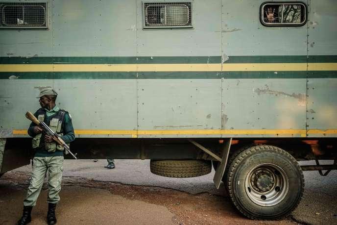 Des partisans de l'opposition sont emmenés après leur comparution, à Harare, le 6 août.