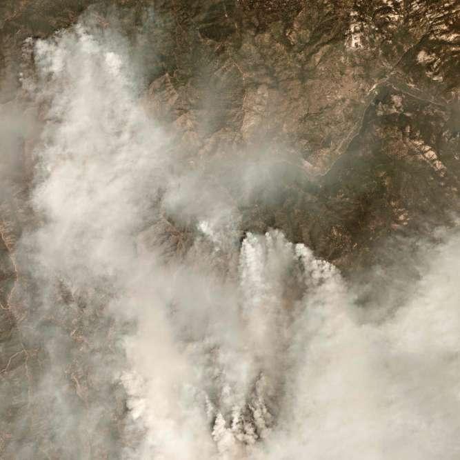 Photo satellite de la fumée s'élevant du Ferguson Fire, prise le 28 juillet.