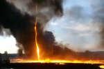Incendie d'ans une de plasitque de Woodville, au Royaume-Uni, mardi 7 août.