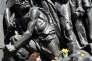 Une femme dépose un narcisse sur le monument aux héros du ghetto de Varsovie, en Pologne, le 19 avril, pour marquer le 75e anniversaire de son soulèvement.