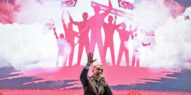 Le président turc Recep Tayyip Erdogan prononce un discours sur le site du «pont des martyrs du 15 juillet» à Istanbul, le 15 juillet 2018, deux ans après une tentative de coup d'Etat.