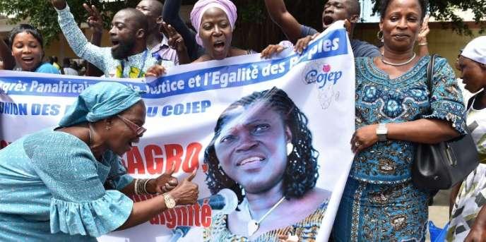 Des partisans de Simone Gbagbo lors de sa libération, le 8août 2018, à Abidjan.
