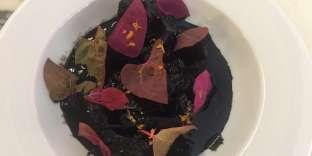 De la seiche mijotée dans du vin et son encre, que Pierre Touitou rafraîchit avec des zestes d'agrumes et des herbes.