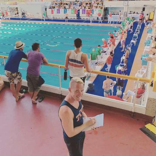 Joseph Parks note avec rigueur les performances de ses nageurs.