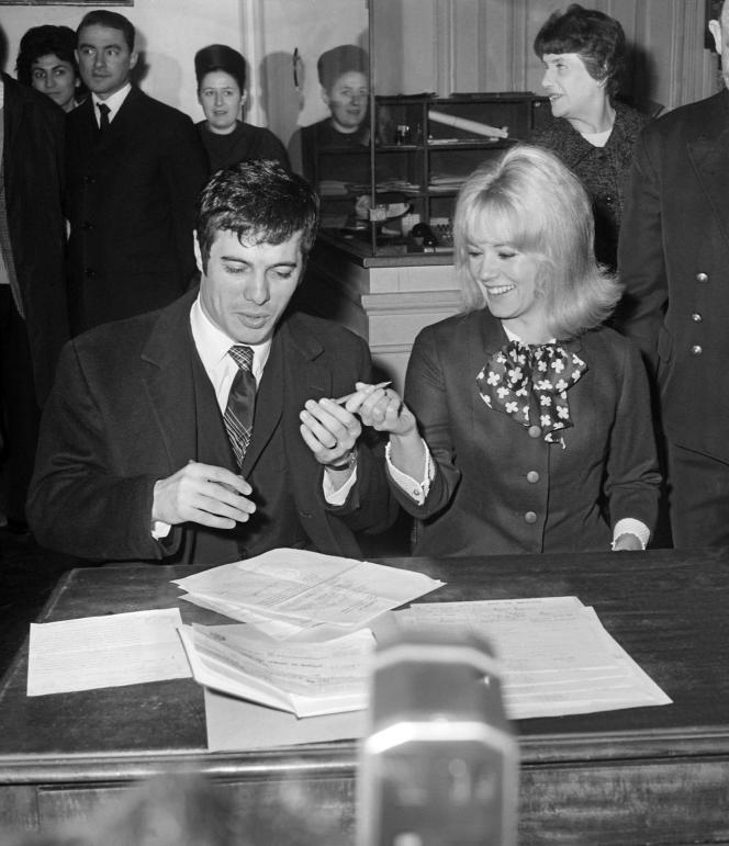 Guy Bedos lors de son mariage avec Sophie Daumier, à Paris, le 19 février 1965.