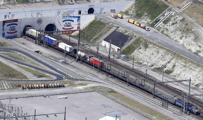 Une navette de fret s'apprête à pénétrer dans le tunnel sous la Manche à Coquelles (Pas-de-Calais), près de Calais, en juillet 2015.