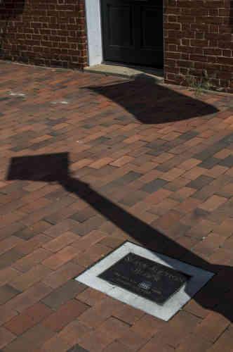 Une simple plaque au sol, grande comme une feuille de papier, indique «Marché aux esclaves: sur ce site étaient achetés et vendus des esclaves», seul témoin de l'histoire desAfro-Américains, lesquels représentaient la moitié de la ville lors de la guerre de Sécession (1861-1865).