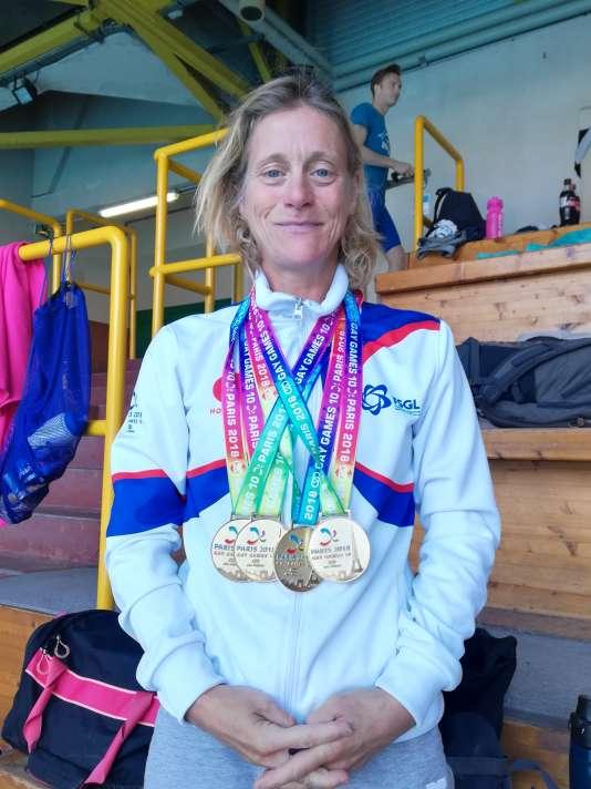 Les médailles s'accumulent autour du cou d'Isabelle Booklage, coach du club Paris Aquatique.