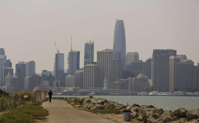 Un utilisateur de trottinette électrique à Treasure Island, au large du centre de San Francisco, en août.