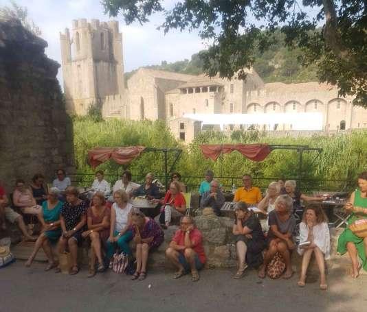 Sur les rives de l'Orbieu, devant l'abbaye de Lagrasse.