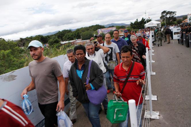 Des dizaines de personnes tentent de traverser la frontière entre le Venezuela et la Colombie, le 8 août.