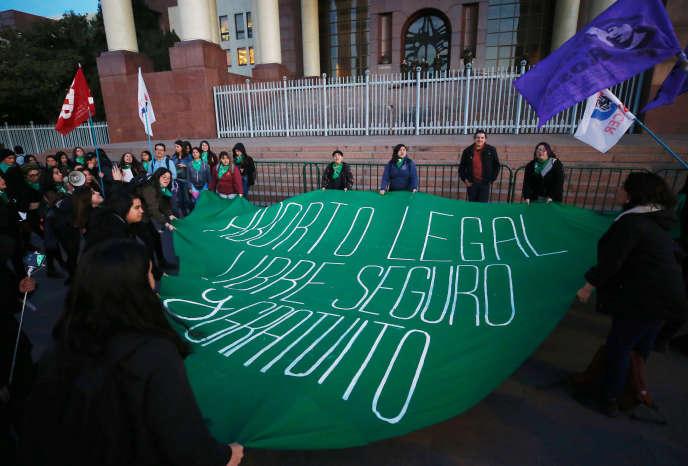Manifestation pour le droit à l'avortement légal, sans risques et gratuit, devant le Congrès de Valparaiso (Chili), le 8 août.