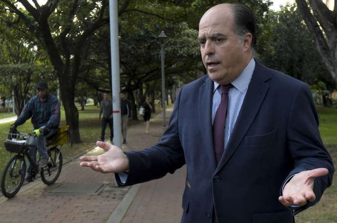 L'ancien président du Parlement vénézuélien, Julio Borges, s'adresse à des journalistes à Bogota, en Colombie, où il vit en exil, le 8 août.
