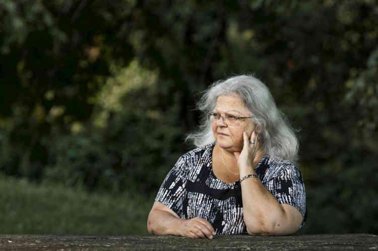 Ces propos avaient suscité la consternation de SusanBro, la mère de la jeune Heather Heyer, morte écrasée par la voiture d'un néonazi. De retour de l'enterrement de sa fille, elle avait jugé inutile de répondre aux appels de la MaisonBlanche.