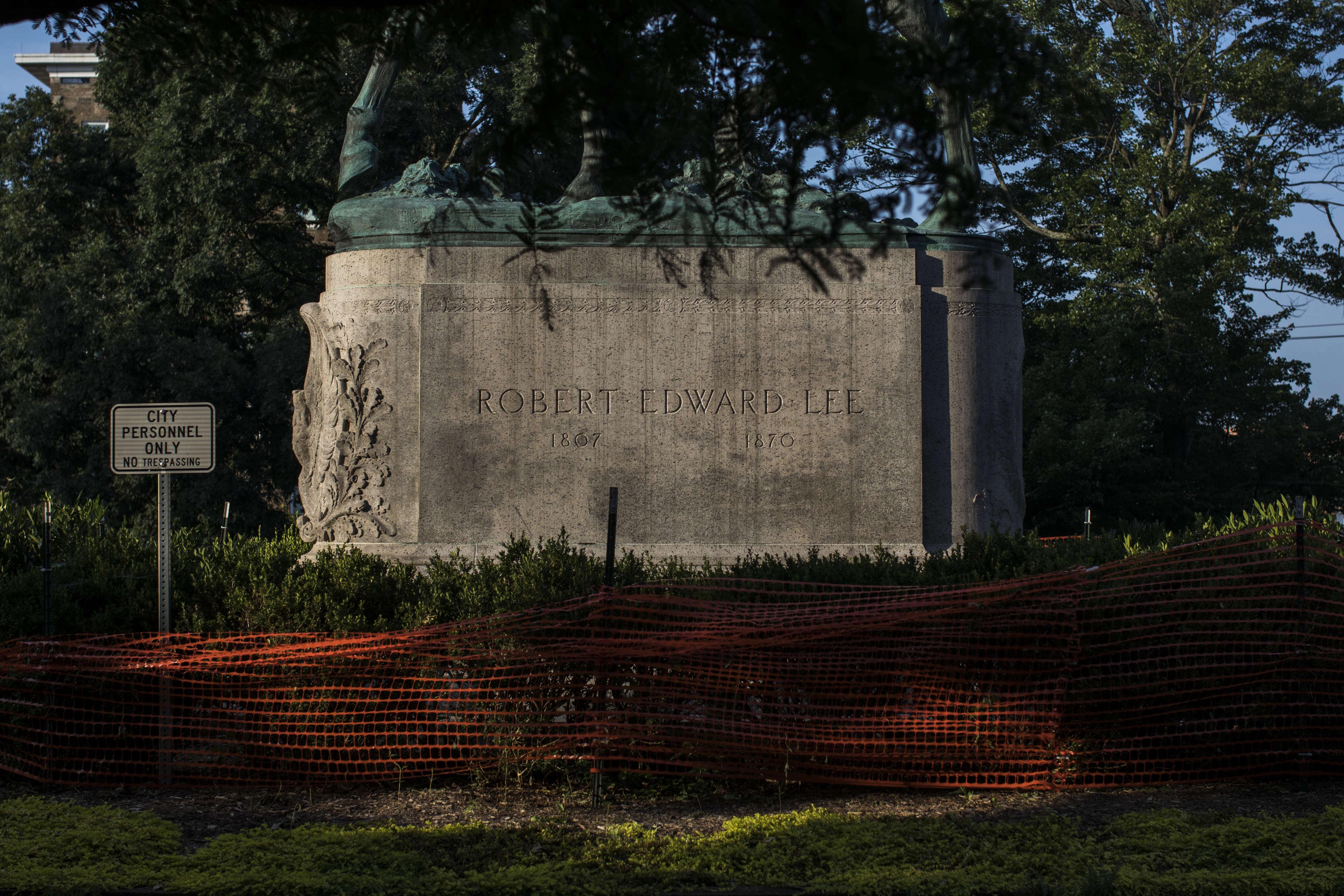 Pourtant, un an après, l'imposant monument équestre érigé à la gloire de Robert Lee est toujours là, dominant les jardins de Charlottesville.