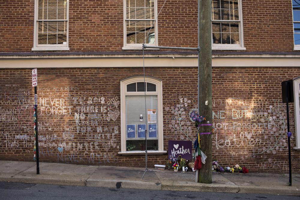 Un mur en brique recouvert de messages commémore la mort de Heather Heyer, la jeune femme tuée le 12août 2017, durant la manifestation «Unite the Right» qui a rassemblé des suprémacistes blancs venus de toute l'Amérique pourprotester contre le retrait d'une statue de l'emblématiquegénéral Robert Lee.