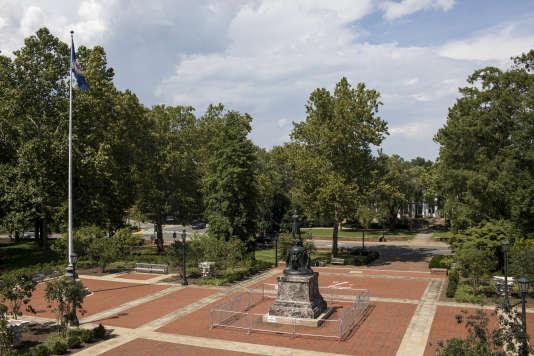 La statue dutroisième président des Etats-Unis, Thomas Jefferson,sur le campus de l'université de Virginie, à Charlottesville, le 7 août.