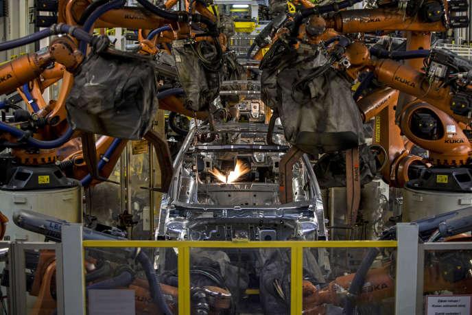 Des bras robotisés dans l'usine automobile Skoda de Mlada Boleslav (République tchèque), en mars 2015.