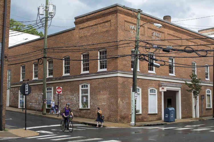 Sa fille est enterrée en un lieu secret, pour que celui-ci ne fasse pas l'objet de profanation ou de pèlerinage. Mais dans Charlottesville une rue a été renommée «Heather Heyer Way».