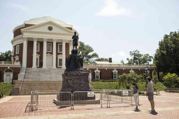 A côté, trois statues de héros sécessionnistes semblent imposer leur ordre à la société. Des barrières, installées en permanence, ont été erigées autour de celle de Thomas Jefferson, devant l'université de Virginie. Le 11 août 2017, l'extrême droite y organisa un défilé aux flambeaux.