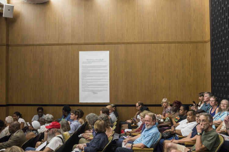 Pour découvrir l'ampleur des rancœurs dans la ville, il suffisait d'assister, lundi 6août, à la séance des questions au conseil municipal.