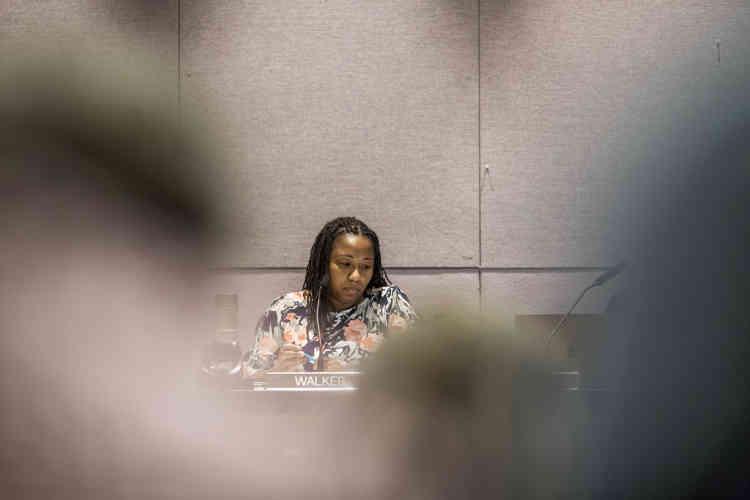 A la suite du choc de l'été 2017, Nikuyah Walker,militante noire de 38ans née à Charlottesville, fait campagne pour la mairie, avec pour slogan «Démasquer l'illusion». Elle est élue maire de la ville et de ses 47000habitants en janvier.
