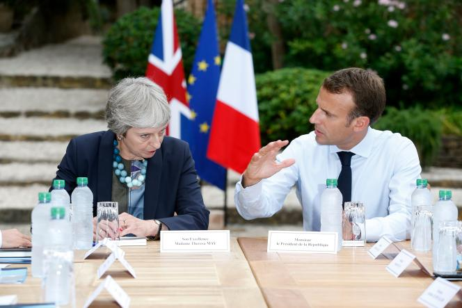 La première ministre britannique, Theresa May, et le président français, Emmanuel Macron, au fort de Brégançon (Var), le 3 août.